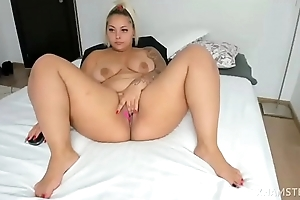 Xonicxo lap boost spread and rubbing cunt aloft webcam